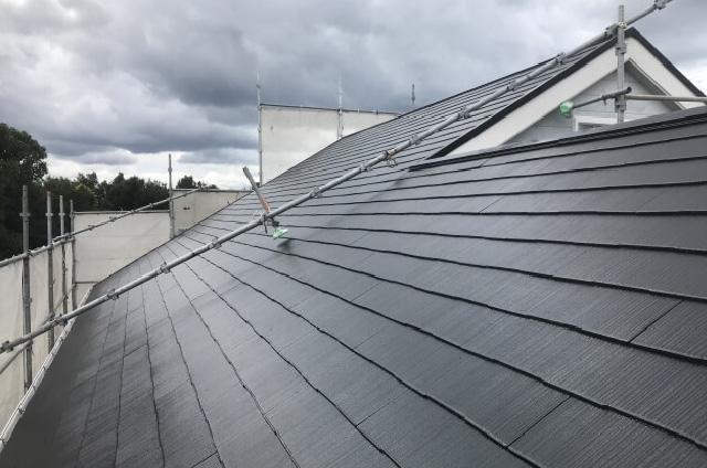 台風や強風が原因でスレート屋根が浮いた・瓦がズレた・雨どいが外れたなど、自然災害が原因の雨漏り。