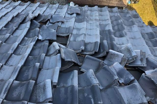 台風で飛ばされた木や看板などが屋根に当たり、瓦が割れてしまった。ひょうが降り瓦や天窓が割れ、そこから雨漏りが起きた。
