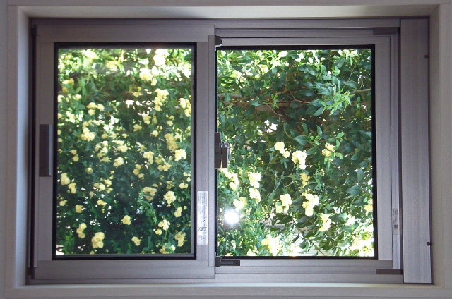 雨が降ると窓枠の周りが濡れる…